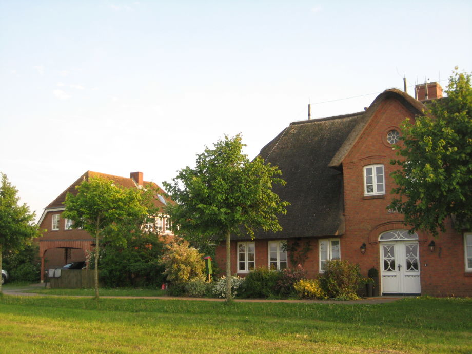 Lindenhof mti Reetdachhaus Somerinj und Haus Min Eilun