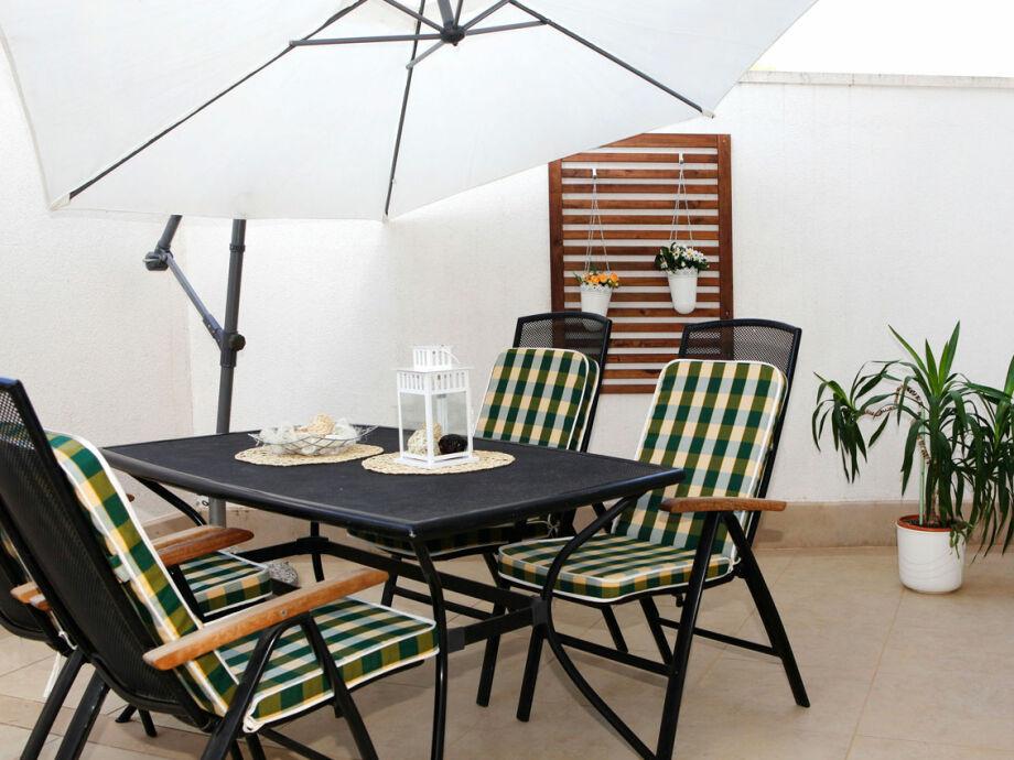 Die Terrasse mit Gartenmöbeln