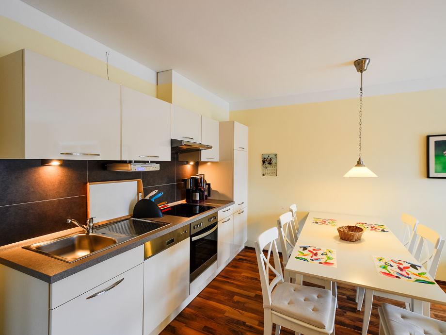 k chenzeile mit integriertem essplatz die neuesten innenarchitekturideen. Black Bedroom Furniture Sets. Home Design Ideas