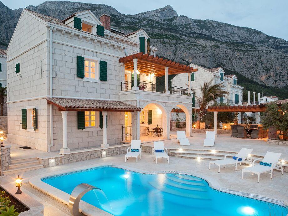 Blick auf das Haus und Pool