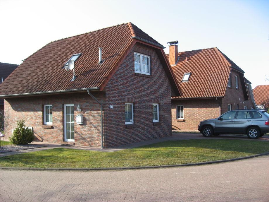 Blick auf das Haus mit Einstellplatz und Haustür