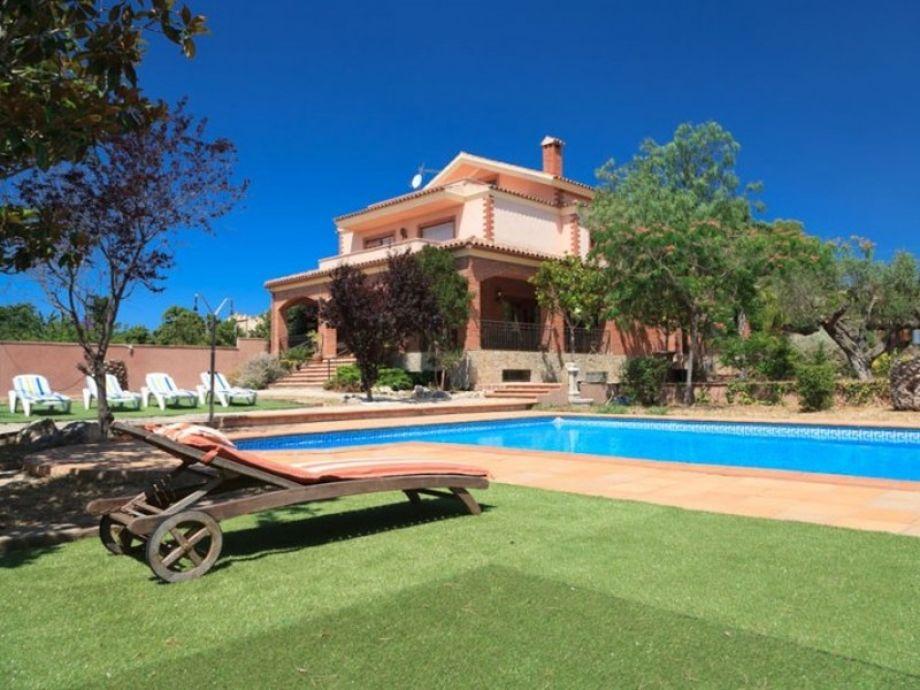 Wunderschöner Außenbereich mit Pool und Sonnenliegen