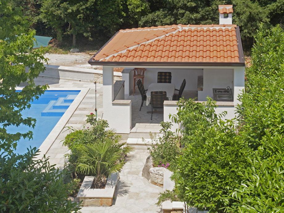 Gemeinschaftssommerküche mit Terrasse am Pool