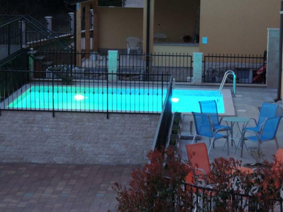 Pool gegen Abend - mit Beleuchtung