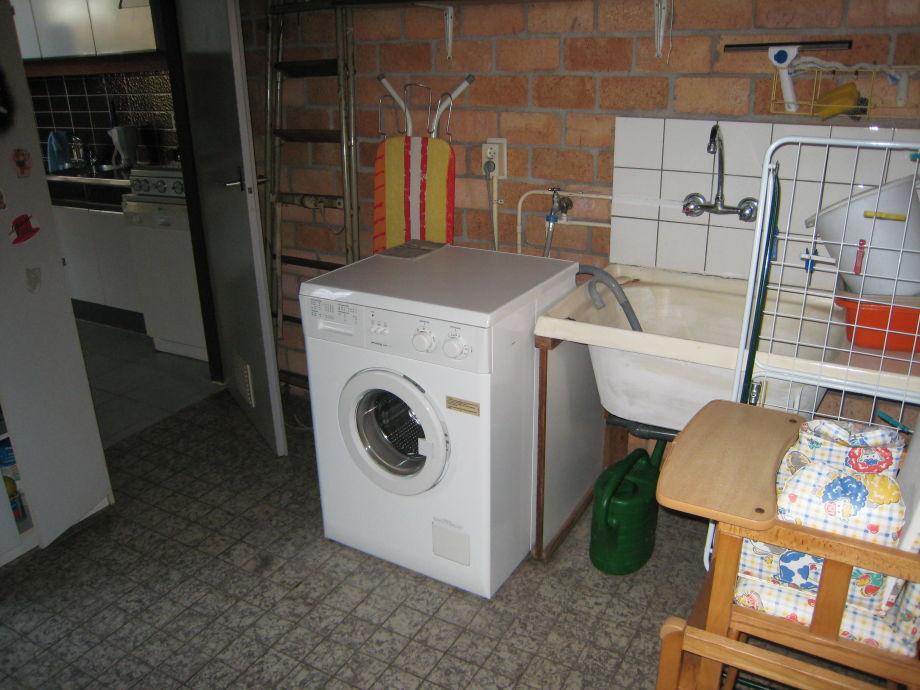 Waschmaschine vorhanden.