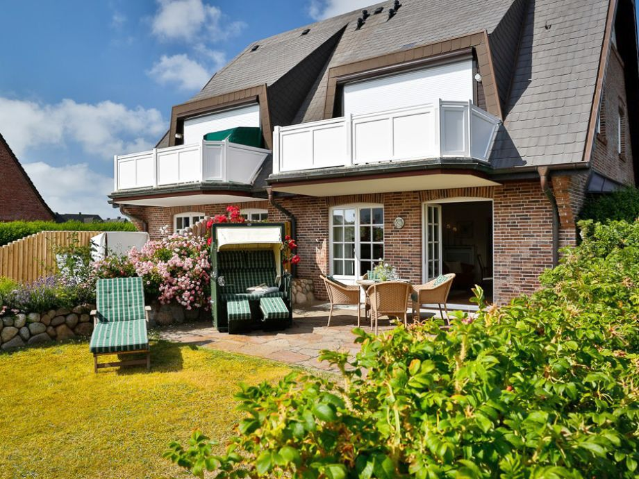Schöne Terrasse und Garten mit vielen Gartenmöbeln