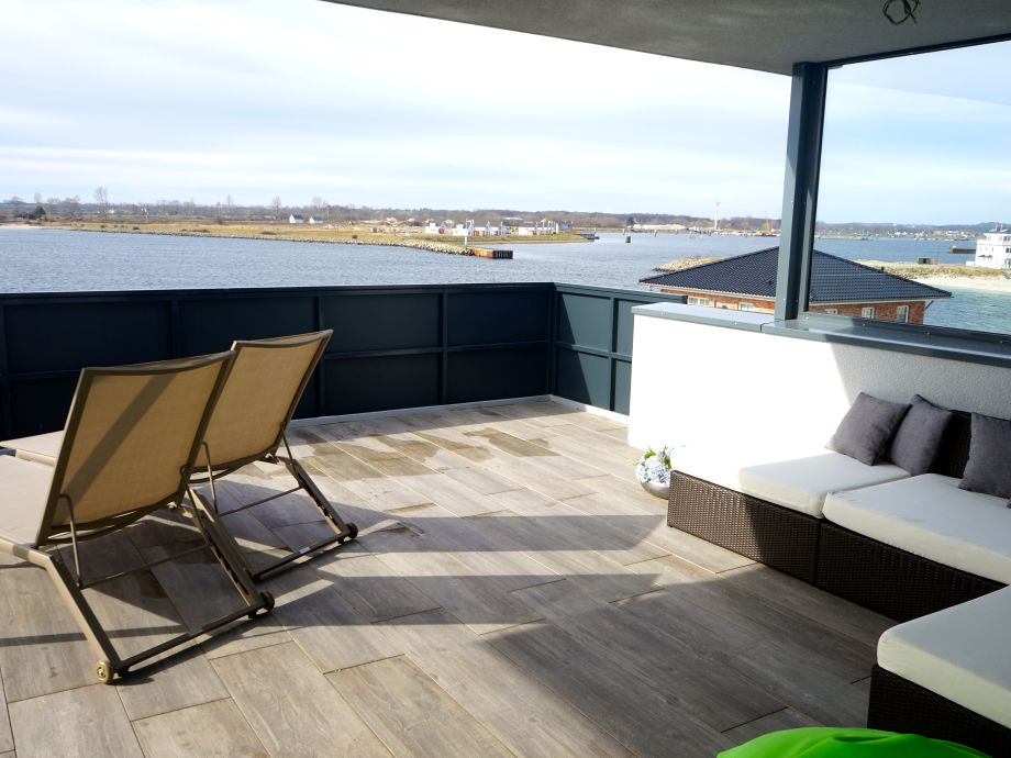 Dachterrasse mit Blick auf den Hafen