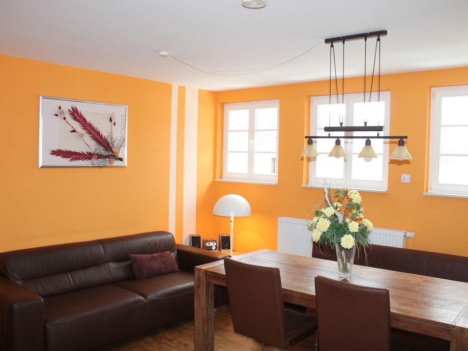 Wohn-Esszimmer mit großer Ledercouch