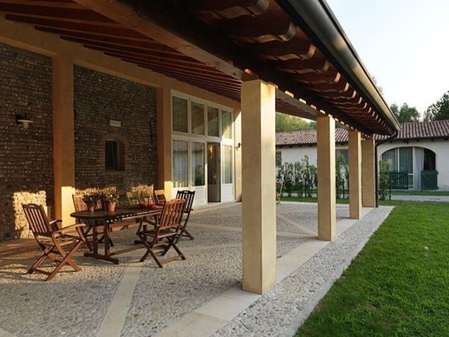 Terrasse mit Esszimmer im Hintergrund