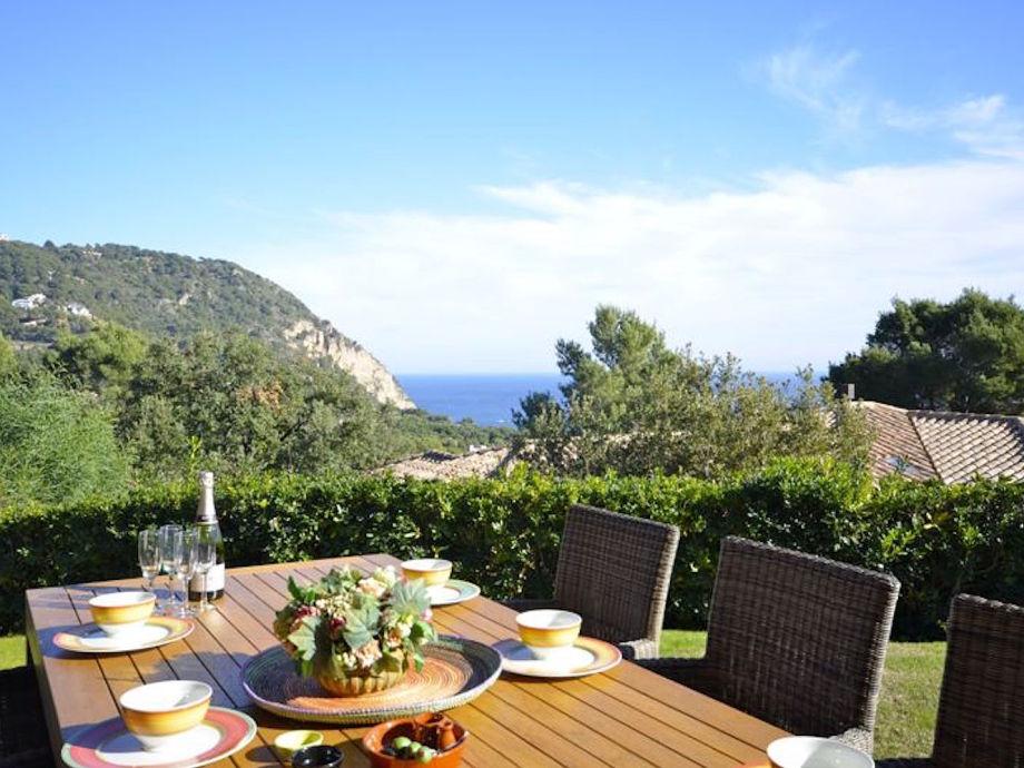 Terrasse mit Ausblick und Esstisch