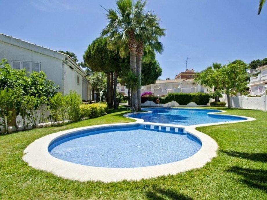 Außenbereich mit Pool und gepflegtem Garten