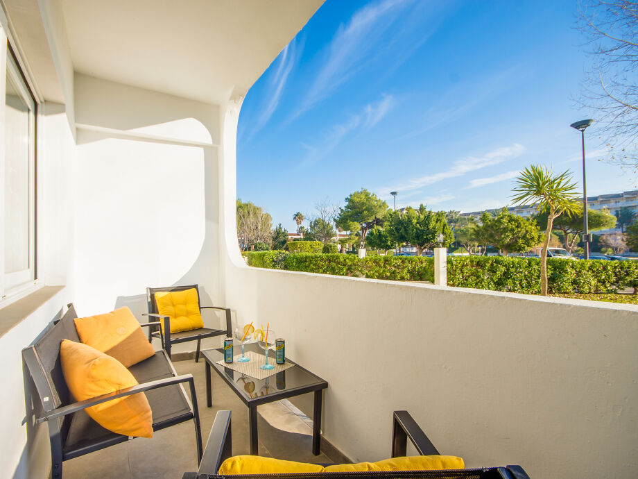 Der geräumige Balkon mit gemütlichen Sitzgelegenheiten