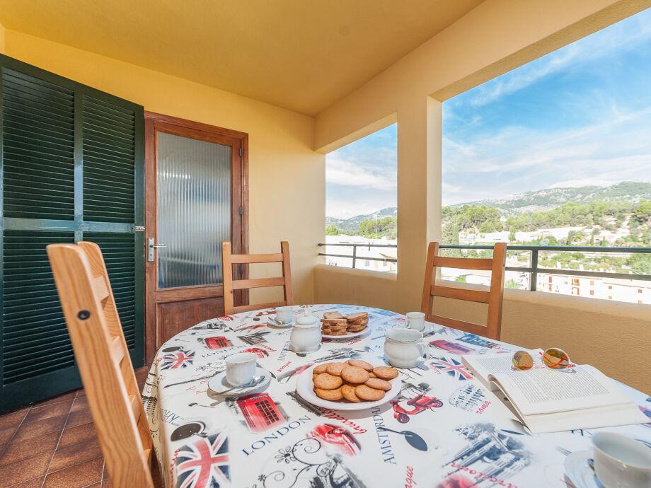 Balkon mit Ausblick und Essplatz