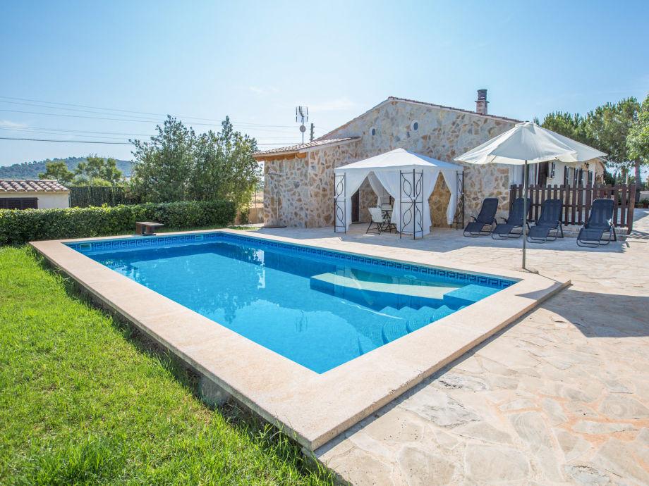 Poolbereich mit Sonnenliegen und Sonnenschutz