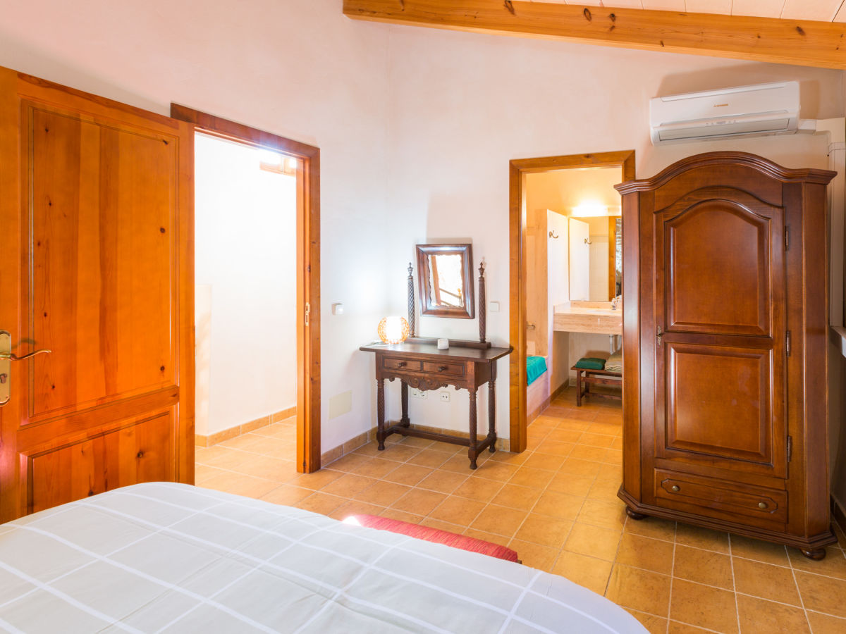 Finca albenyeta 1224 mallorca firma villafinca for Schlafzimmer mit schminktisch