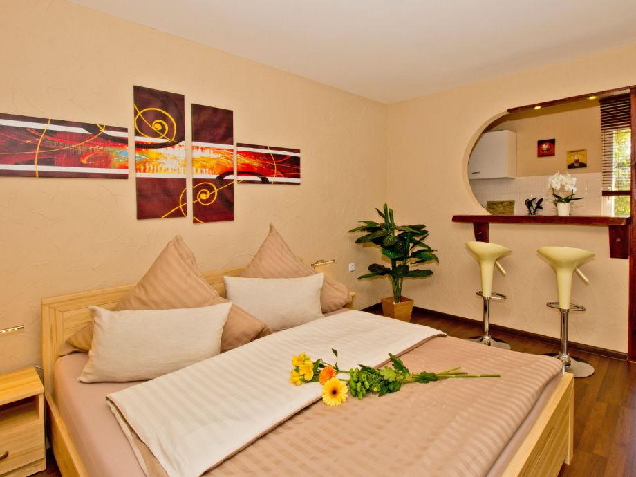 Schlafzimmer mit Doppelbett und Tresen