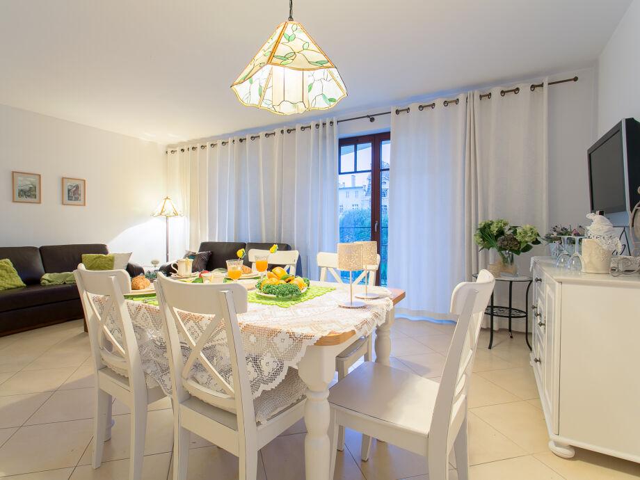 Stilvolles Wohnzimmer mit Essbereich