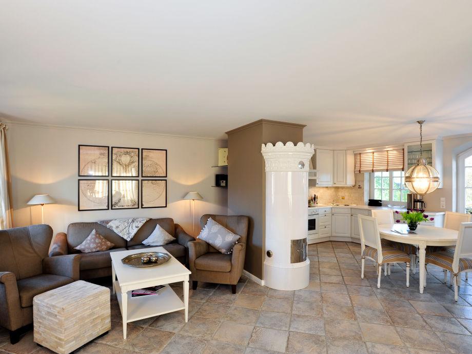 Großer offener Wohnbereich mit Küche und Kamin