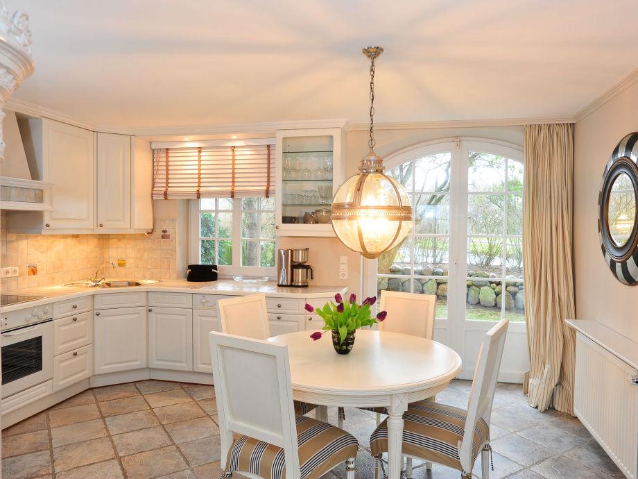 Küche mit Esstisch und Ausgang zur 2. Terrasse