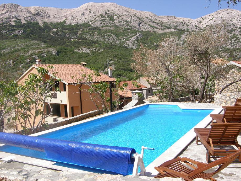 Swimmingpool mit traumhaftem Blick auf die Berge