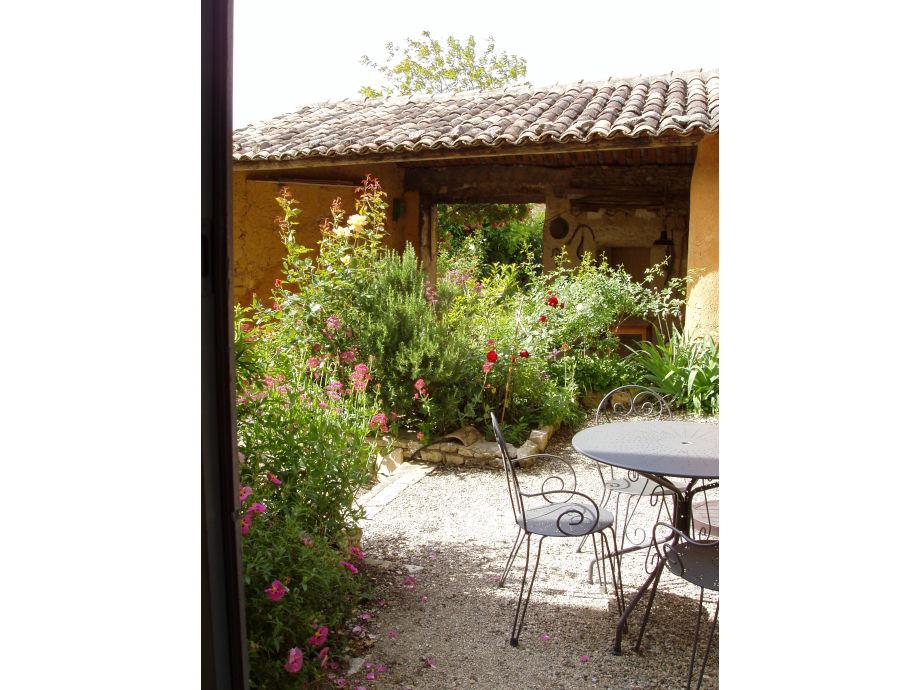 Die Terrasse mit Blick auf die alte Scheune