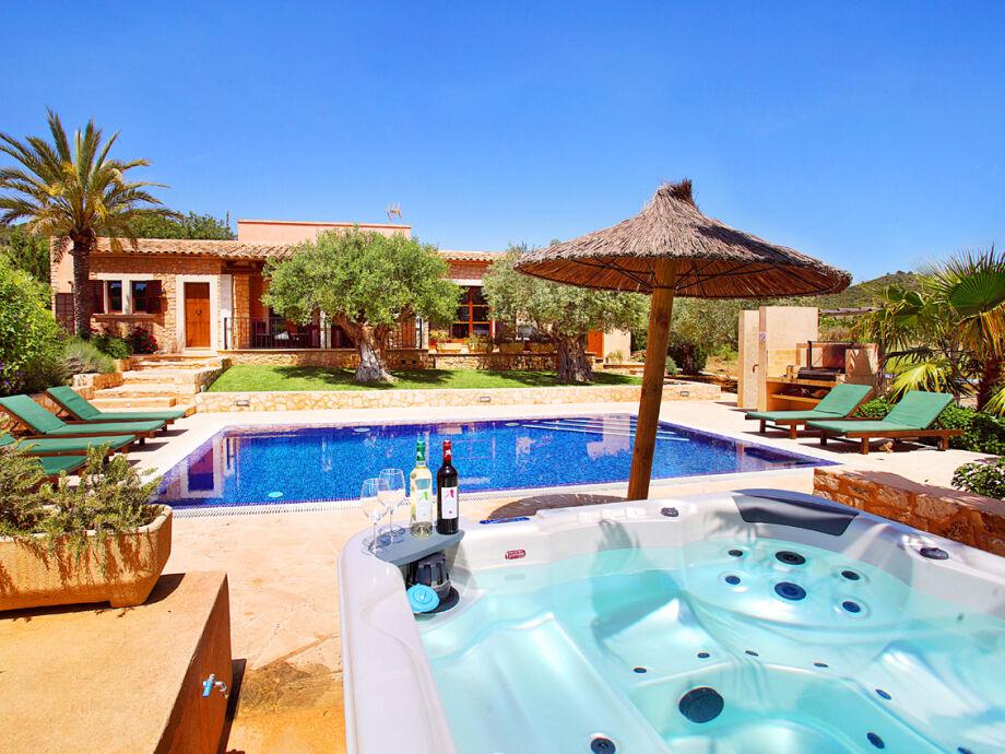 Garten mit Pool und Whirlpool