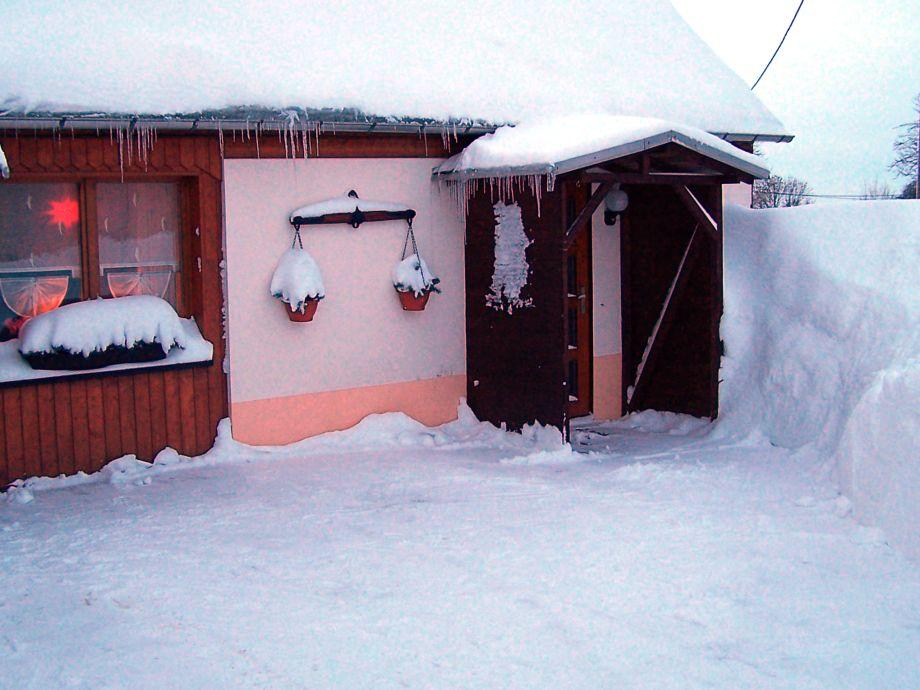 Erzgebirge Eingang der Ferienwohnung im Schnee