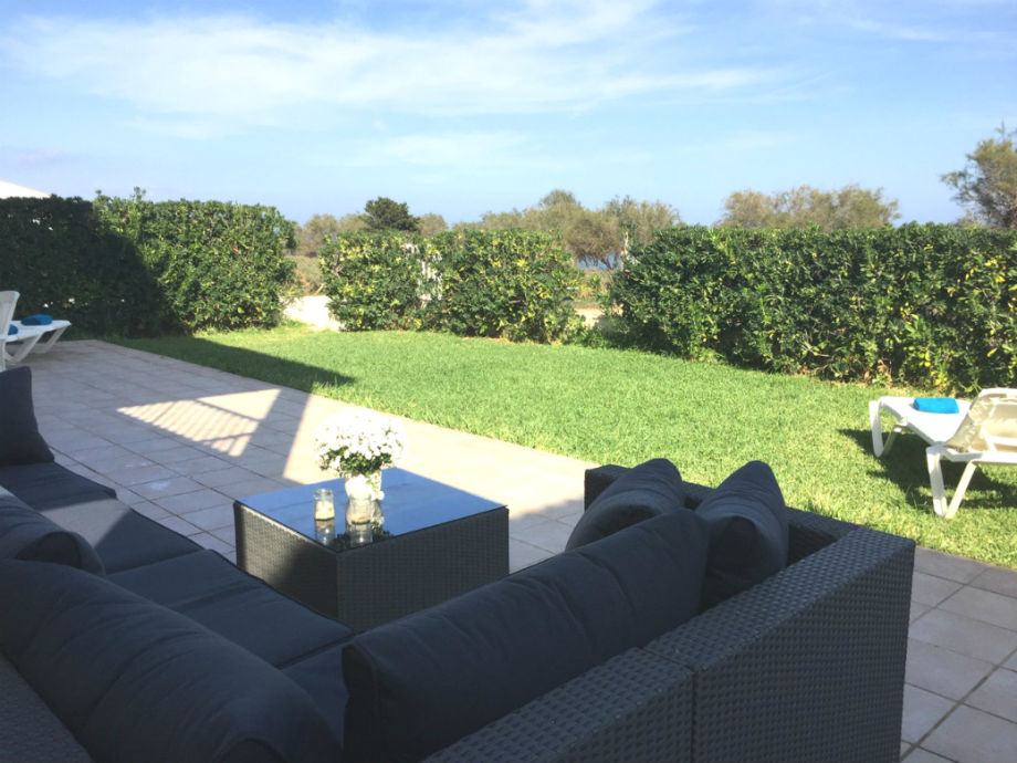 Grosse Terrasse und Garten mit Meerblick