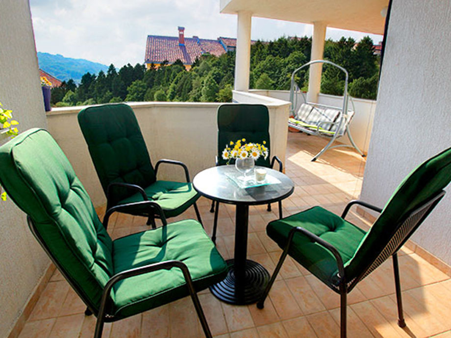 Terrasse mit gemütlichen Sitzmöglichkeiten