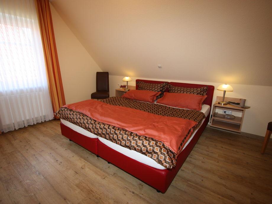 Großzügiges Schlafzimmer mit bequemen Boxspringbetten.