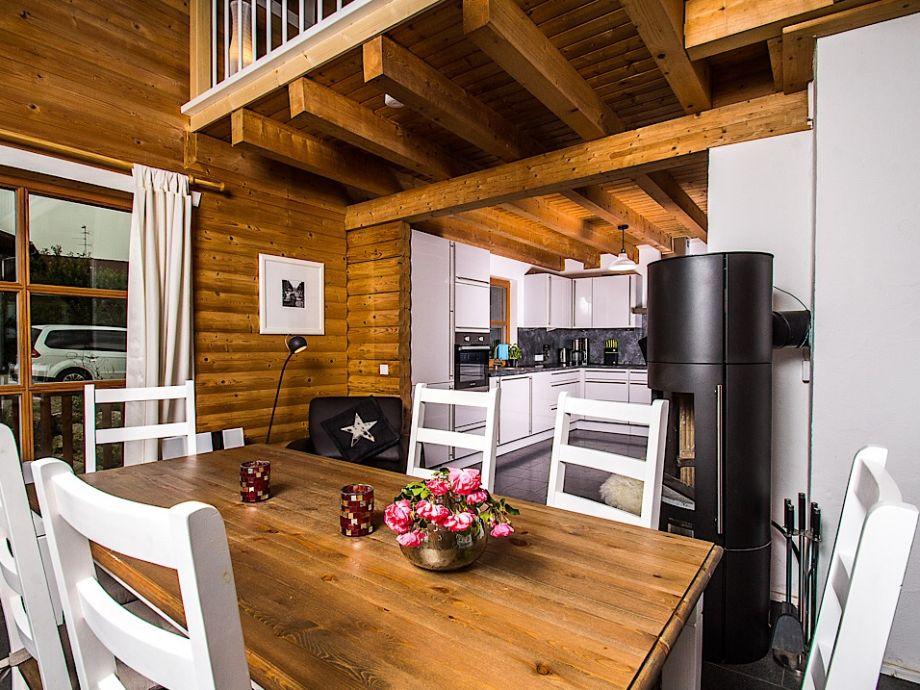 Küche mit Esszimmer und Kamin
