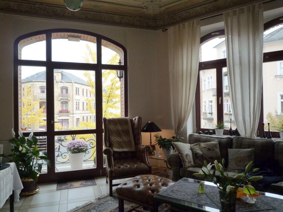 Wohnzimmer mit Balkonausblick