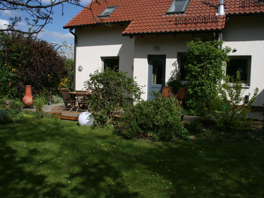 Terrasse und Garten hinter dem Haus