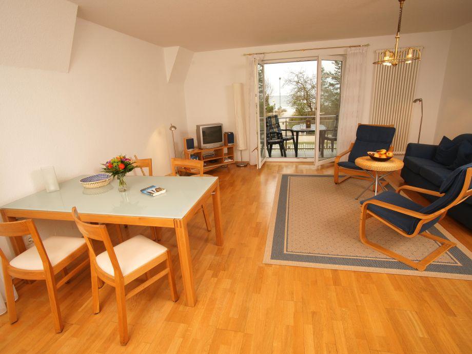 Wohnzimmer mit einem Esstisch