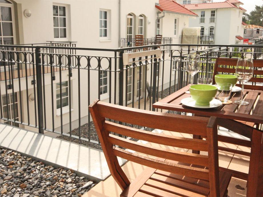 Der Balkon mit Gartenmöbeln