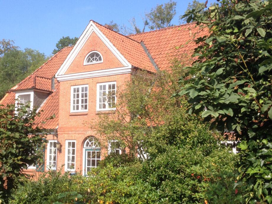 Haus mit Souterrainwohnung von aussen