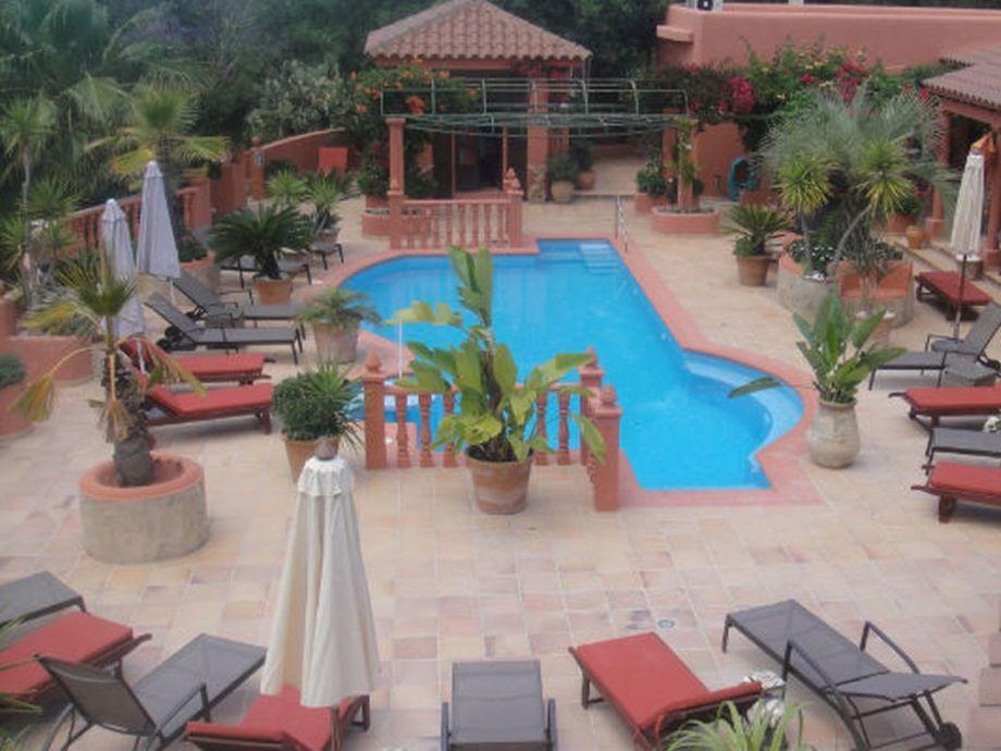 Schöner großer pool  mit Sonnenliegen