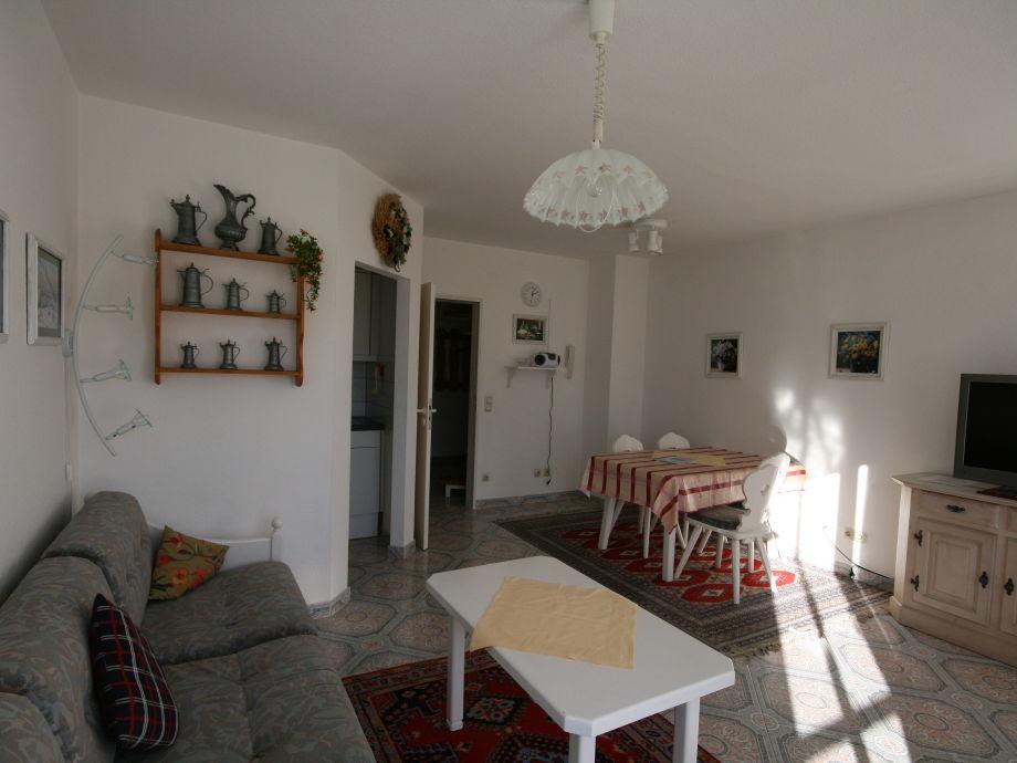 Wohn- und Esszimmer mit Sofa und Esstisch