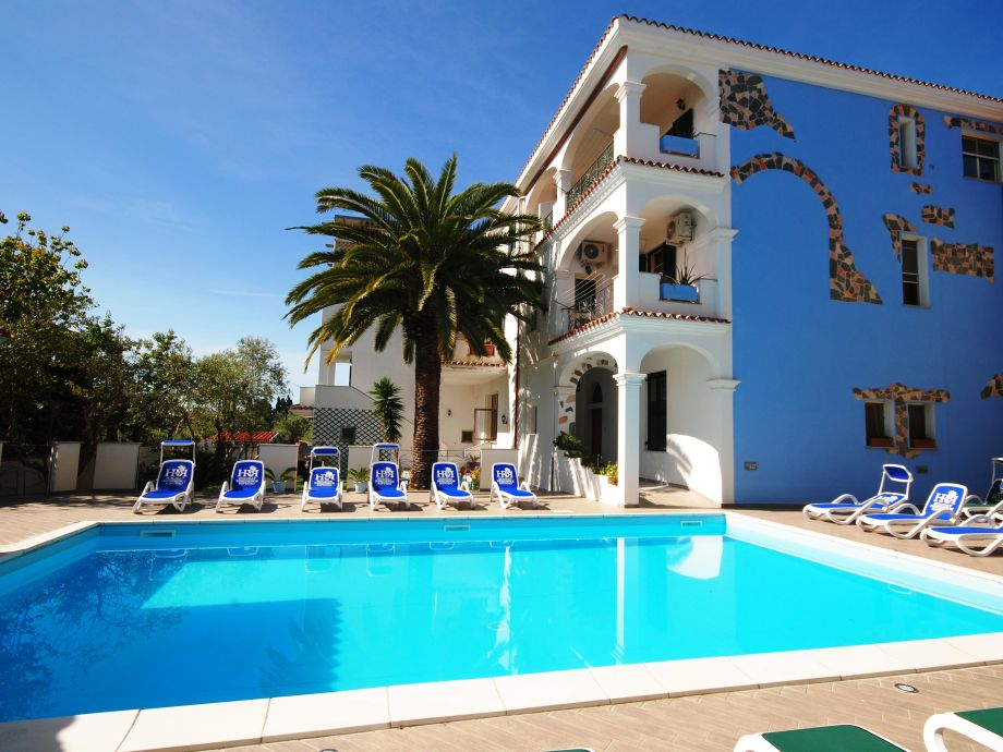 70 m² großer Pool mit modernen Liegen/Nordwand