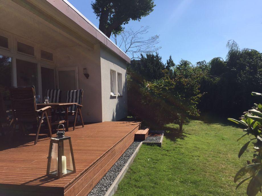 Uneinsehbare Sonnenterrasse mit Blick in den Garten