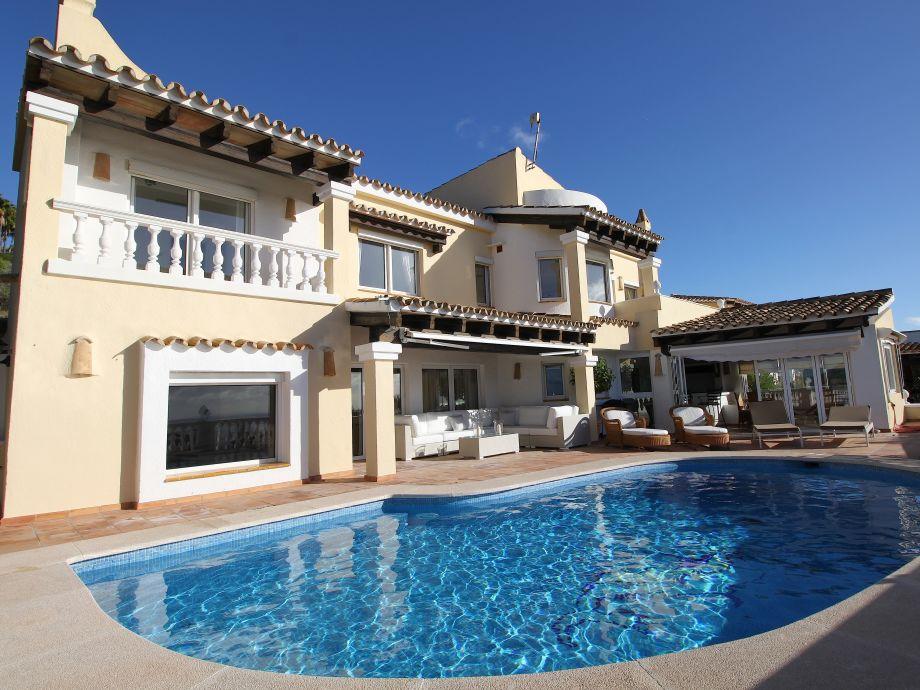 Haupthaus mit Lounge, Pool und Wintergarten