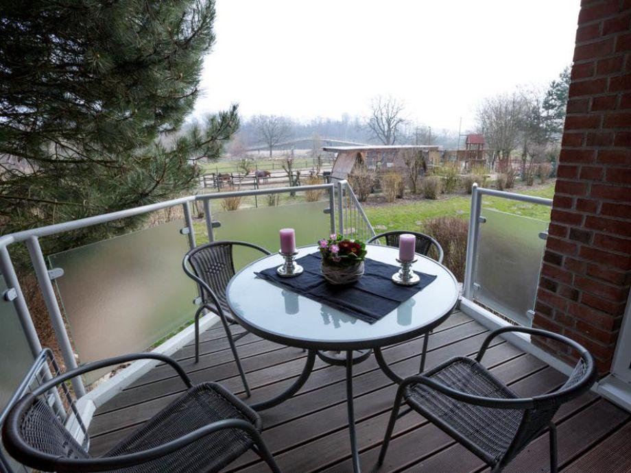 Der große Balkon mit Gartenmöbeln