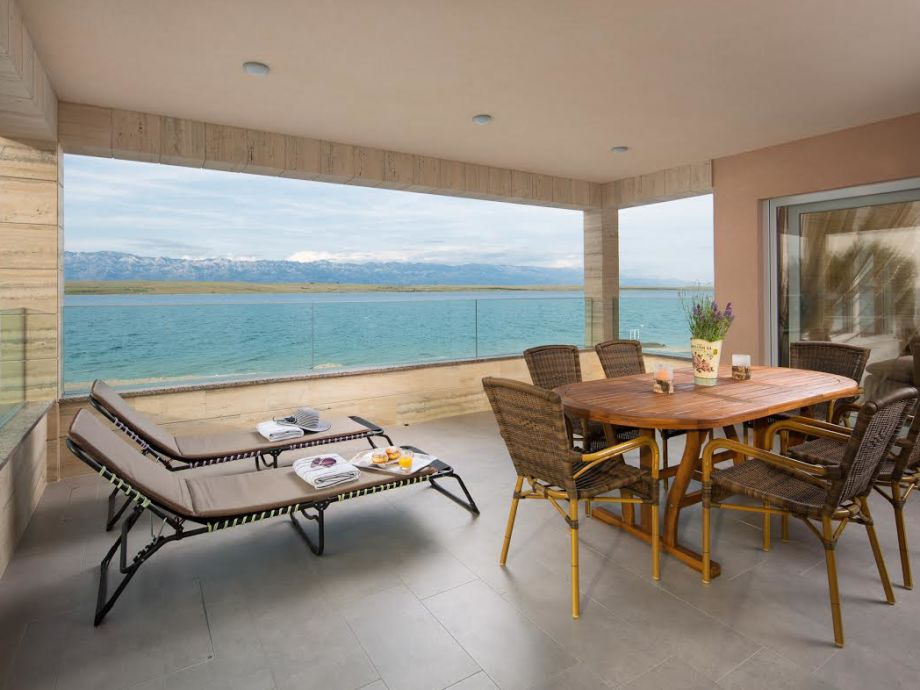 Terrasse mit Liegen, Tisch und Stuhlen