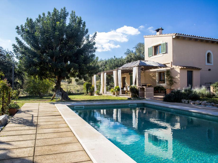 Schöner Blick vom Pool zum Haus
