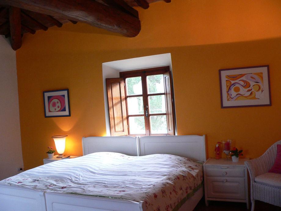 Schlafzimmer mit Doppelbett Osten