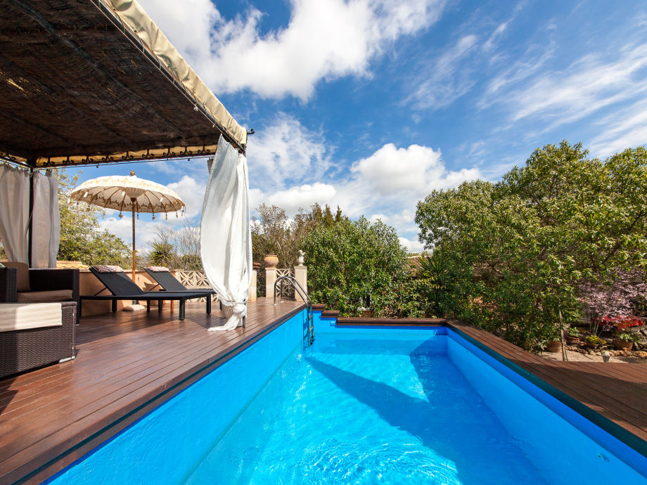 Pool mit Chillout-Lounge