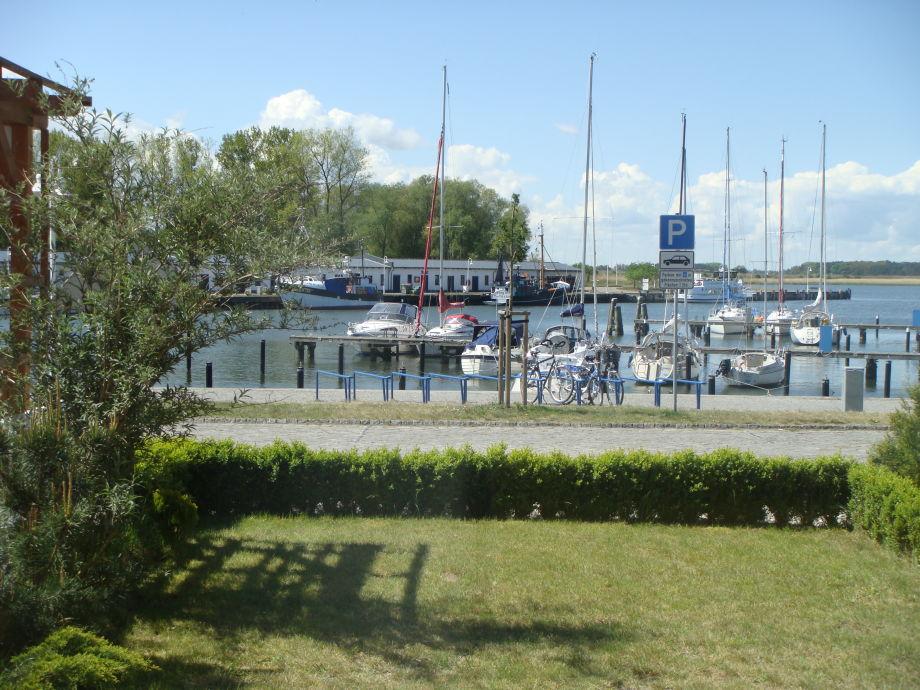 Blick von der Terasse zum Hafen