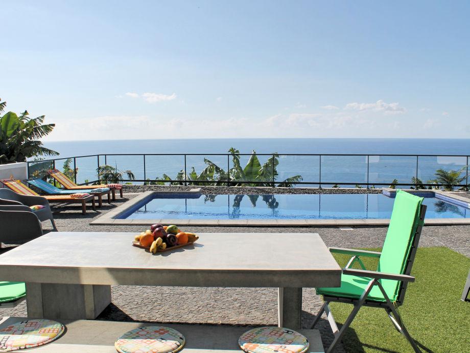 Esstisch im Freien, Pool und Ausblick