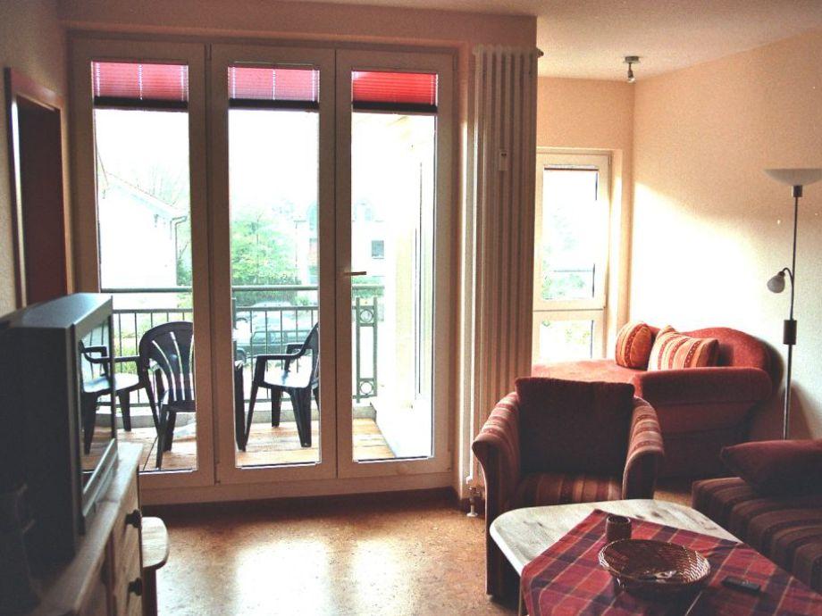 Das Wohnzimmer mit Zugang zum Balkon