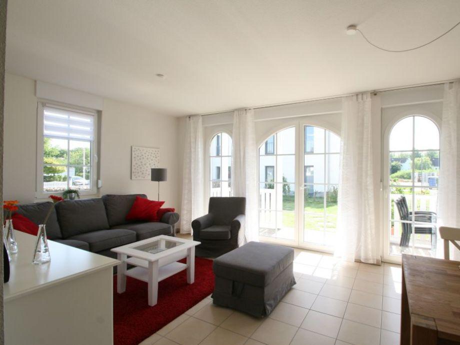 Der helle Wohnbereich mit Zugang zur Terrasse